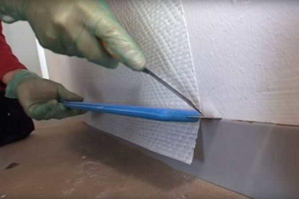 Как клеить стеклообои: обрезаем излишки