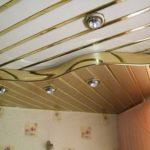Из пластиковых панелей тоже можно сделать двухуровневые потолки