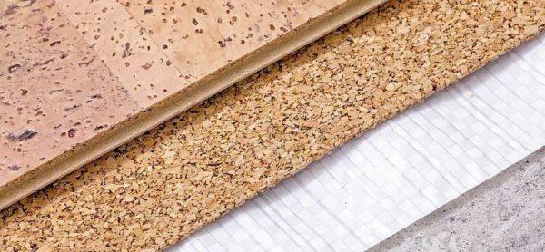 Современные покрытия из пробки имеют не только натуральные расцветки. Есть с нанесенным изображением древесины разного окраса, песка с ракушками, травы...