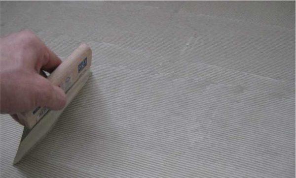 Клей по полу распределяется зубчатым шпателем с очень мелким зубом