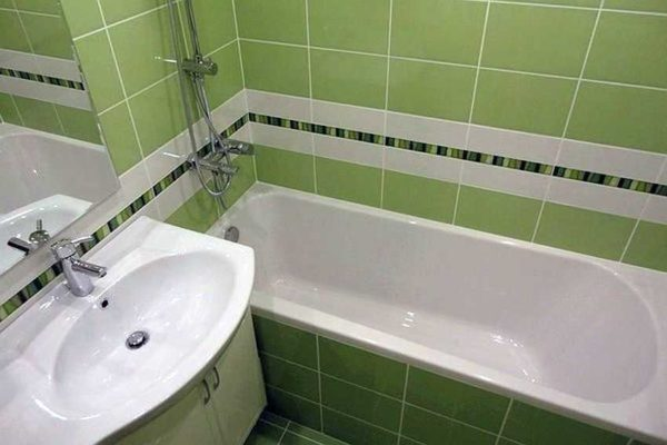 Оформление ванной комнаты в хрущевке лучше сделать в светлых тонах. На этом примере используется спокойный оттенок зеленого