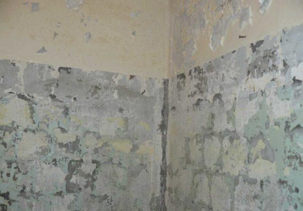Снимаем старую отделку со стен