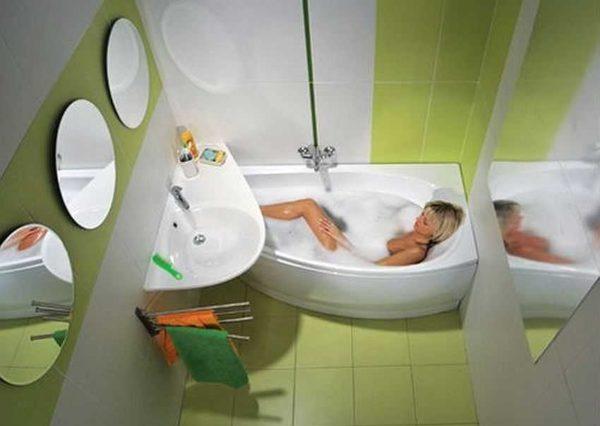Цвета - светлые, вертикальные полосы разбивают монотонность, но изюминка интерьера - ванная и раковина нестандартной формы. Они отлично дополняют друг друга и тем и другим пользоваться удобно