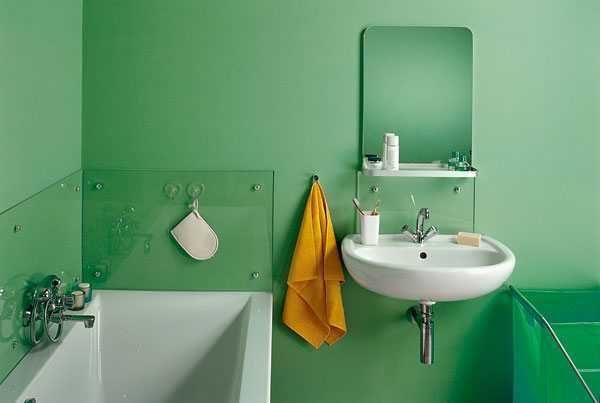 Защитить обои от прямого контакта с водой можно панелями из стекла или прозрачного пластика