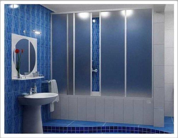 Раздвижные шторки для ванны делают из стекла или пластика