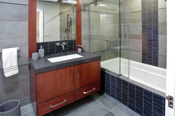 Шторка для ванной из стекла или пластика - удобно и функционально