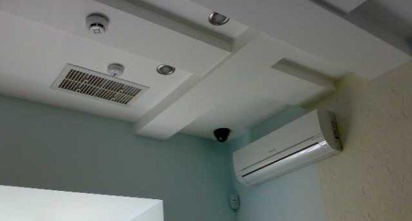 Устанавливают и в потолок