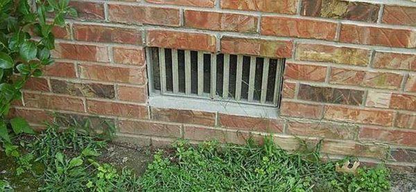 Наружные вентиляционные решетки для установке в цоколе дома сделаны обычно из металла и имеют регулируемые жалюзи или заслонки