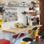 Вариант с небольшим складным столиком для совсем тесных гаражей