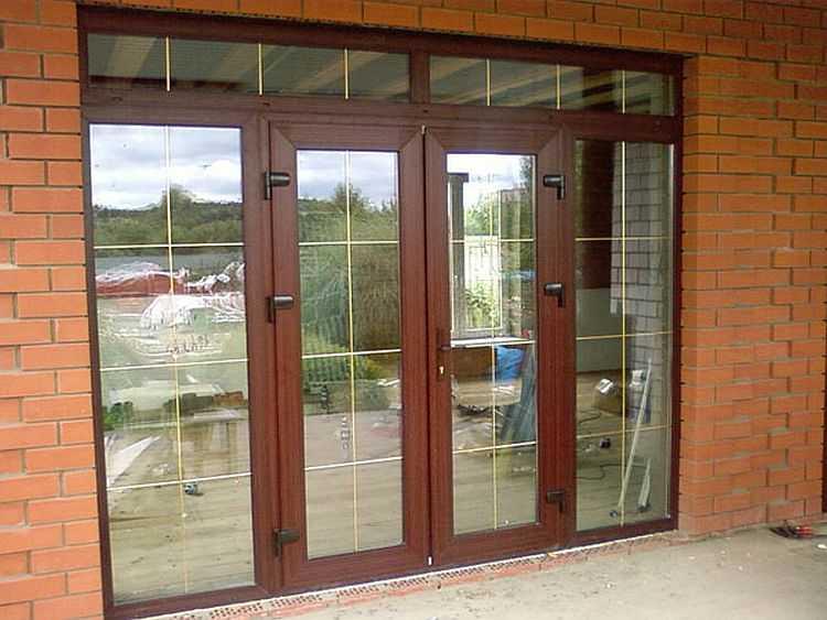 Входные пластиковые двери могут быть частью входной группы - с окнами по бокам