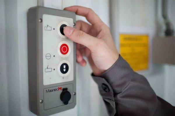 Кнопки для управления воротами могут использоваться как аварийный способ