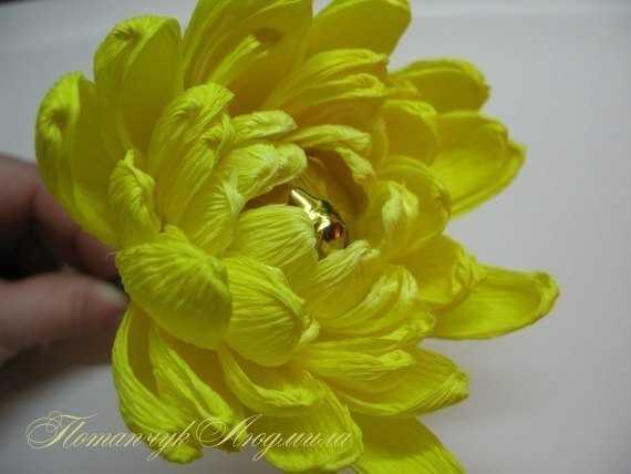 Делаем вот такую хризантему из гофрированной бумаги