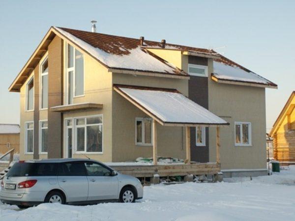 По внешнему виду тяжело сказать, какие фасадные панели для наружной отделки дома использованы в этот раз