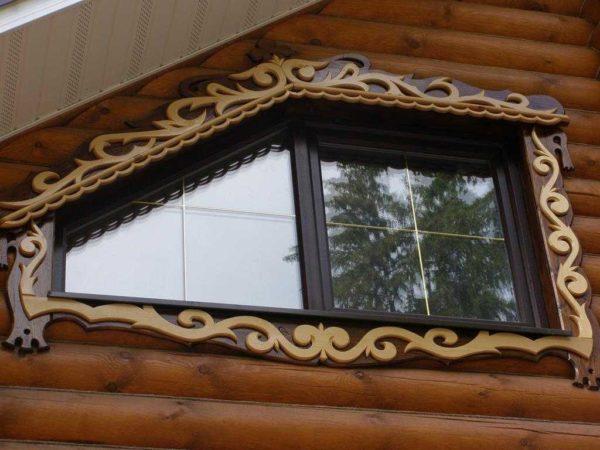 На домах в современном стиле резные наличники на окна смотрятся хорошо
