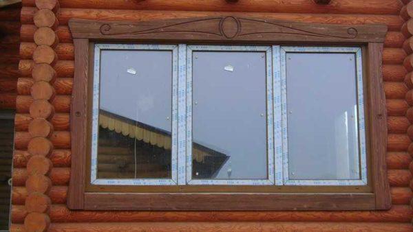 Простые наличники лишь с небольшими элементами резьбы - на доме в скандинавском стиле такие видят часто
