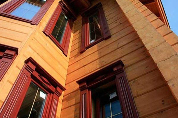 На домах в современном или скандинавском стиле отлично смотрятся деревянные наличники простой формы