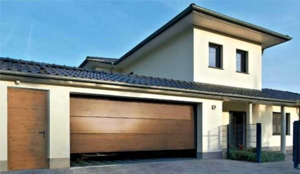 Максимальная длина гаражных ворот - до 6 метров, если проем шире, смотреть надо в промышленных