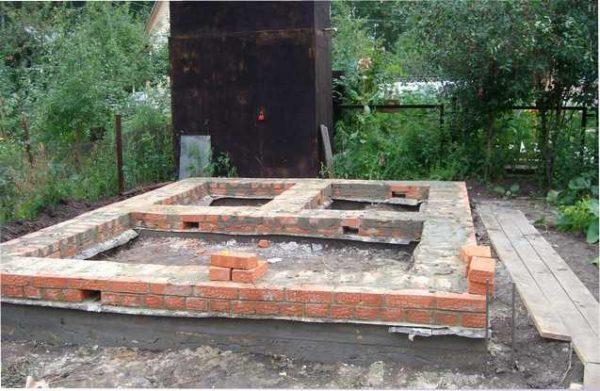 Кирпич укладывают на бетон