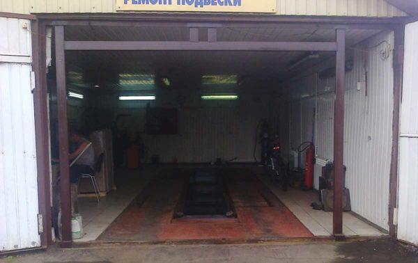 В металлических гаражах обычно нет ни расстояний сбоку, ни сверху. Надо сварить такой каркас и к нему прикрепить ворота,зазоры заделать и утеплить