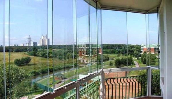 Балкон с панорамным остеклением - жителям высоток отличный вид обеспечен
