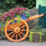 Использовать старую тележку для высадки растений - не слишком ново, но смотрится всегда свежо