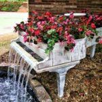 Древний рояль залежался в кустах? Из него можно сделать не только цветник, но еще и водопад...