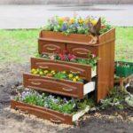 Комод некуда деть? Насыпьте в ящики земли и посадите цветы