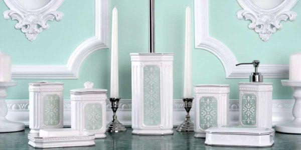 Для интерьера ванной в классическом стиле аксессуары из керамики с орнаментом