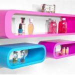 Яркие, необычной формы - пластиковые полки будут украшением ванной комнаты
