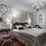 Интерьер спальни в серебристых тонах разбавляется фуксией