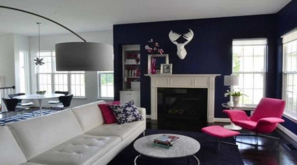 Насыщенный кобальтово-синий, почти черный цвет служит отличным фоном для кресла цвета фуксия