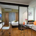 Гостиная спальня с разделением зон при помощи раздвижных ширм