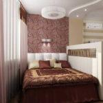 Один из способов выделения зоны спальни в гостиной - перегородка, но не во всю высоту