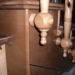 При боковом креплении деревянных столбов на лестницу, место крепления можно сделать в виде украшения