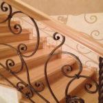 """Кованная ограда для лестницы с боковым креплением. Крепеж делают сразу """"встроенным"""" в перила"""