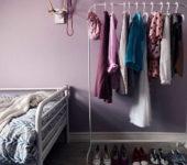 Вешалки-стойки хороши в спальнях и гардеробных или в тех комнатах, которые их заменяют