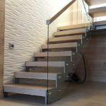 Поручень на стеклянных перилах для лестницы может быть деревянный, пластиковый или металлический