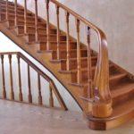 Некоторые элементы резьбы и декора преображают простую лестницу