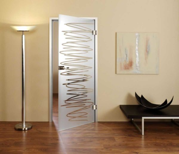 Если на полотно нанесен какой-то рисунок, рассматривайте стеклянные двери как арт-объект и подбирайте цвет и рисунок к обстановке (или наоборот, закажите двери, а потом к ним подбирайте остальное оформление)