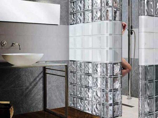 Перегородка из стеклоблоков в ванной - и душевая отгорожена, и пространство не загружено