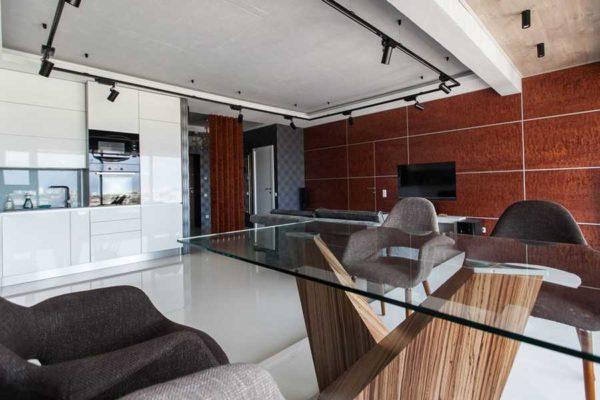 В современных интерьерах стеклянные столы на месте