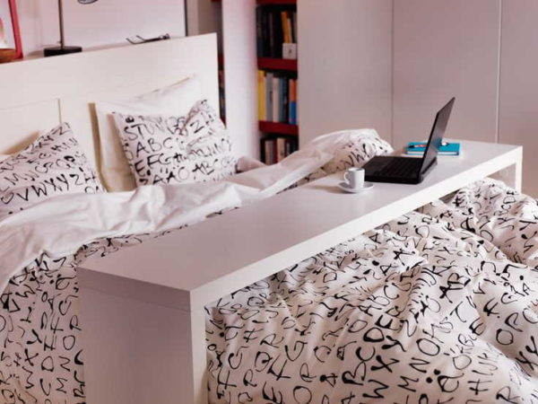 Столик для завтрака в постель может быть для двуспальной кровати