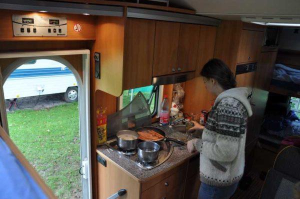 Кухонный отсек часто располагается рядом с дверью