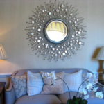 Необычная рама превращает обычное зеркало в предмет декора