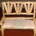 Вот такой диванчик можно собрать из деревянных прищепок