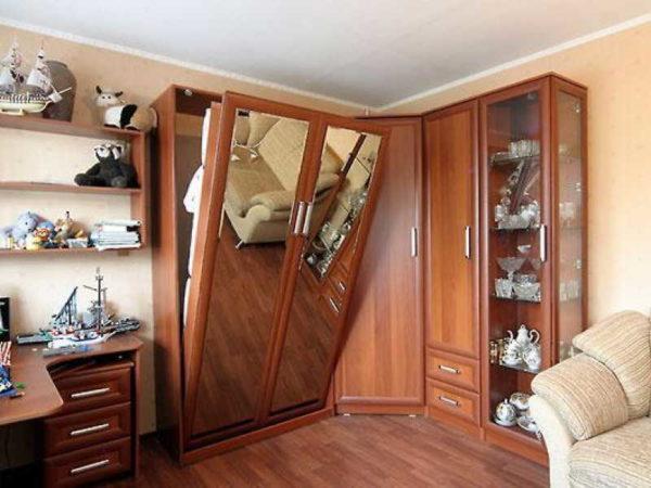 Встроить кровать можно в мебельную стенку с угловым шкафом