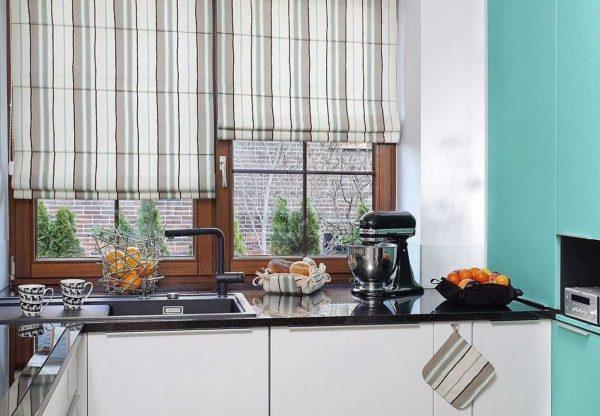 Мало того что римские шторы в интерьере кухни смотрятся оригинально, они еще и функциональнее чем обычные варианты