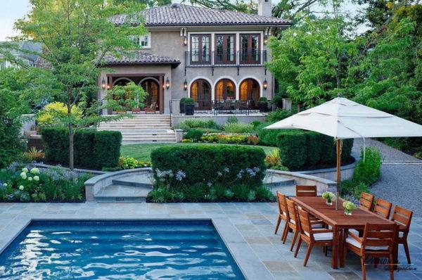 Ландшафтный дизайн двора частного дома с бассейном возле дверей