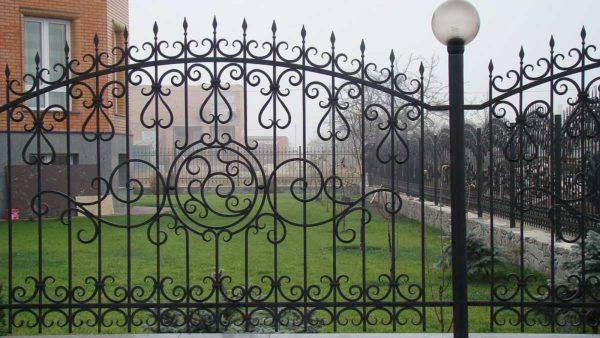 Ковано-сварные ограды не так дороги, и смотрятся интересно