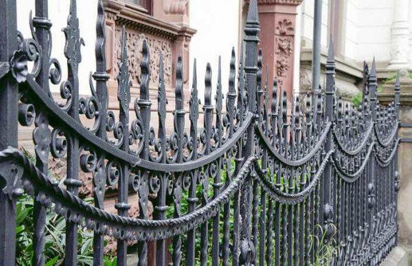 Классическая ковка — длительный и дорогой процесс, но ограда получается уникальной